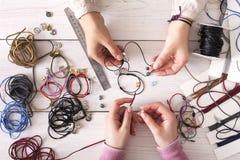 Handmade ювелирные изделия делая, женское хобби Стоковые Фотографии RF