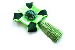 Handmade яркая ая-зелен награда фибулы с щеткой от silk потоков Стоковая Фотография