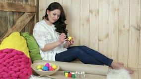 Handmade ярких вещей пасхи, плетеной плиты вполне красочных яичек, деревянной предпосылки иллюстрация вектора