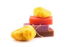 Кирпичи handmade мыла с естественной губкой моря. Принципиальная схема СПЫ. Стоковое фото RF