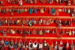 Handmade azjatykci biżuteria kolczyki na czerwonym tle jako indyjski mody pojęcie Zdjęcie Royalty Free