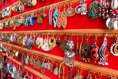 Handmade azjatykci biżuteria kolczyki na czerwonym tle jako indyjski mody pojęcie Obrazy Royalty Free