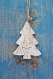 Handmade boże narodzenie dekoracja - drzewo rzeźbił na błękitnym drewnianym chr obraz royalty free