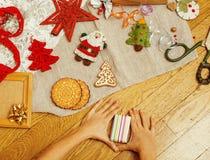 Handmade boże narodzenie prezenty w bałaganie z zabawkami, świeczki, jodła, faborek, drzewo szyszkowy drewniany rocznik, pocztówk Obrazy Royalty Free