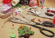 Handmade boże narodzenie prezenty w bałaganie z zabawkami, świeczki, jodła, faborek, drzewo szyszkowy drewniany rocznik, pocztówk Obraz Royalty Free