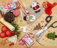 Handmade boże narodzenie prezenty w bałaganie z zabawkami, świeczki, jodła, faborek, drzewo szyszkowy drewniany rocznik, pocztówk Fotografia Royalty Free