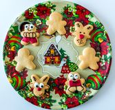 Handmade bożych narodzeń ciastka na dekoracyjnej tacy zdjęcie stock