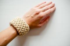 Handmade bransoletka, jasnożółte nici, ręka z pierścionkiem obraz royalty free