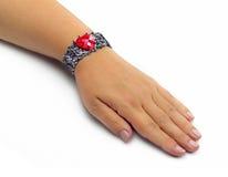 Handmade bransoletka na żeńskiej ręce Obrazy Stock