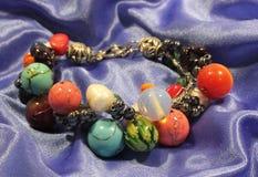 Handmade bransoletka robić od kolorowych naturalnych kamieni obrazy stock