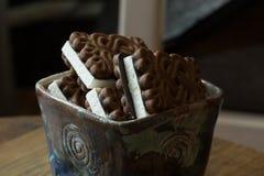 Handmade ceramiczny talerz z czekoladowymi milky ciastkami zdjęcie royalty free