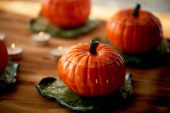 Handmade ceramika w postaci bani Atmosfera świętowanie i dom wygoda Rozochoceni pomarańcze garnki zdjęcie stock