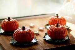 Handmade ceramika w postaci bani Atmosfera świętowanie i dom wygoda Rozochoceni pomarańcze garnki obrazy stock