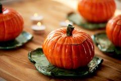Handmade ceramika w postaci bani Atmosfera świętowanie i dom wygoda Rozochoceni pomarańcze garnki zdjęcie royalty free
