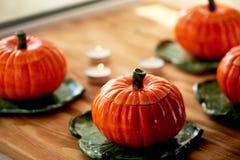Handmade ceramika w postaci bani Atmosfera świętowanie i dom wygoda Rozochoceni pomarańcze garnki obrazy royalty free