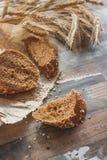 Handmade chleb z otręby i ucho banatka, drewniany tło obraz stock