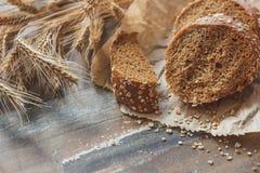 Handmade chleb z otręby i ucho banatka, drewniany tło obraz royalty free