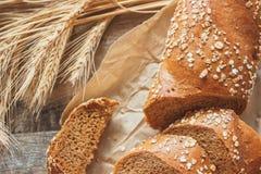 Handmade chleb z otręby i ucho banatka, drewniany tło zdjęcia royalty free
