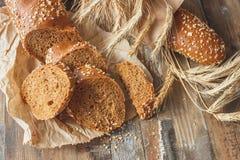 Handmade chleb z otręby i ucho banatka, drewniany tło zdjęcie royalty free