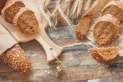 Handmade chleb z otr?by i ucho banatka, drewniany t?o zdjęcia royalty free