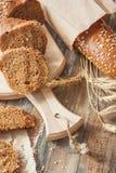 Handmade chleb z otr?by i ucho banatka, drewniany t?o obraz stock