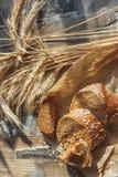 Handmade chleb z otr?by i ucho banatka, drewniany t?o obrazy stock