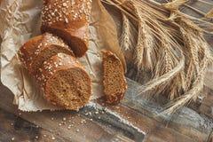 Handmade chleb z otr?by i ucho banatka, drewniany t?o zdjęcie stock