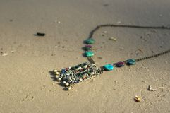 handmade Collier sur le sable le jour unny Photo stock