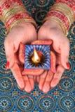 Handmade Diwali Diya lampa w kobiety ręce zdjęcia royalty free