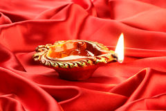 Handmade Diwali Gliniana lampa na Czerwonym Atłasowym tle zdjęcia royalty free