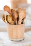 Handmade drewniane herbaciane łyżki w drewnianym koszu Fotografia Stock