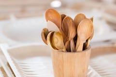 Handmade drewniane herbaciane łyżki w drewnianym koszu Obrazy Royalty Free