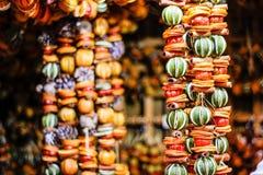 Handmade Eco stylu Bożenarodzeniowe dekoracje z wysuszonym wapnem, pomarańcze, cytryną, cynamonem, etc obrazy royalty free