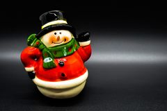 Handmade figurine снеговика изолированный на черной предпосылке рождество украшает идеи украшения свежие домашние к стоковая фотография rf