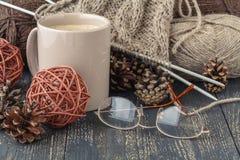 Handmade hobby pojęcie, dziewiarskiej przędzy piłka na stole Fotografia Royalty Free