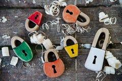 Handmade kłódki drewniana zabawka Na drewnianym tle z drewnianymi goleniami Piękny keyhole w formie serc i fotografia royalty free