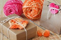 Handmade kolorowi szydełkowi kwiaty, serce, łęk Zdjęcia Stock