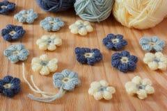 Handmade kolorowy szydełkuje kwiatu z skein na drewnianym stole Zdjęcia Royalty Free