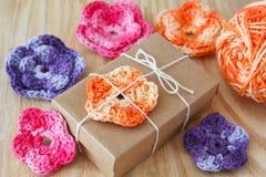 Handmade kolorowy szydełkuje kwiaty dla dekoraci prezent Fotografia Stock