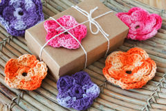 Handmade kolorowy szydełkuje kwiaty dla prezenta Zdjęcie Stock