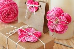 Handmade kolorowy szydełkuje kwiaty i serce Obraz Stock