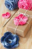 Handmade kolorowy szydełkuje kwiaty i serce Zdjęcie Stock