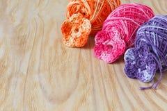 Handmade kolorowy szydełkuje kwiaty z skein Obraz Stock