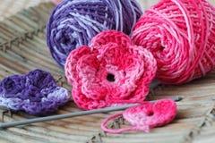 Handmade kolorowy szydełkuje kwiaty z skein Zdjęcie Stock
