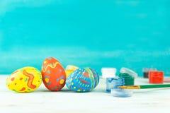 Handmade koloru Wielkanocni jajka na błękitnym tle, praparetion dla Easter obrazy stock