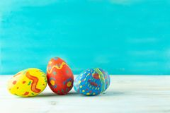 Handmade koloru Wielkanocni jajka na błękitnym tle obrazy stock