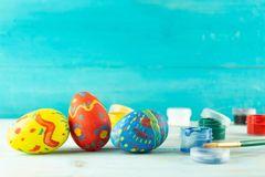 Handmade koloru Wielkanocni jajka, praparetion dla Easter zdjęcia stock