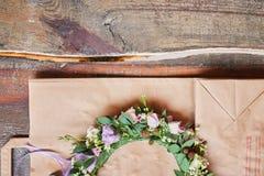 Handmade kwiecista tiara robić kwiaty kłama na drewnianym tle Modny ręcznie robiony wianek kwiat głowy odzież Ręka wykonujący ręc obrazy stock