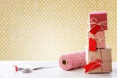 Handmade mali pudełka z nożycami i cewą Zdjęcie Stock