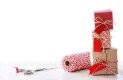Handmade mali pudełka z nożycami i cewą Zdjęcia Royalty Free